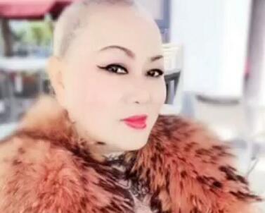 走在时尚最前端:光头姐冯萍