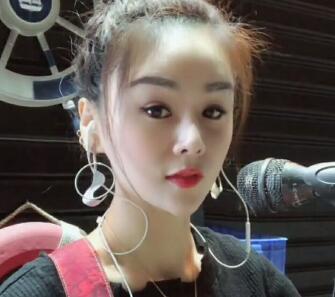 大排档流浪歌手:花姐